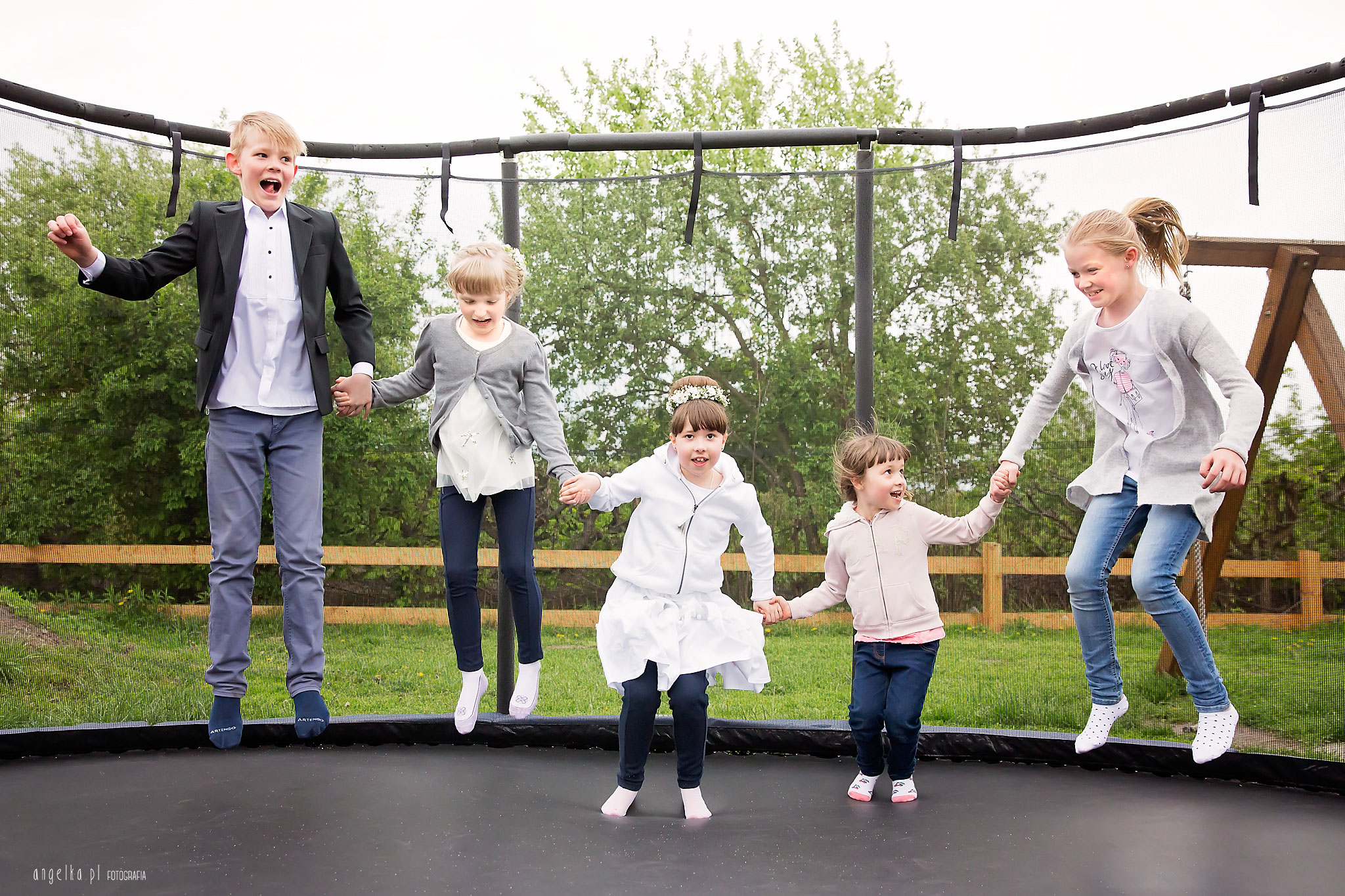 trampolina z dziecmi