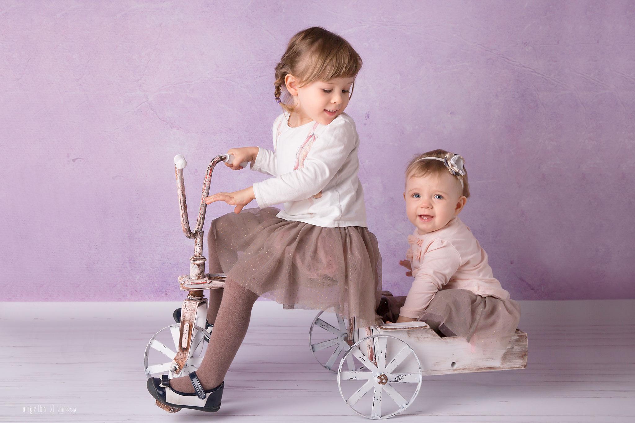 dziewczynki na rowerku
