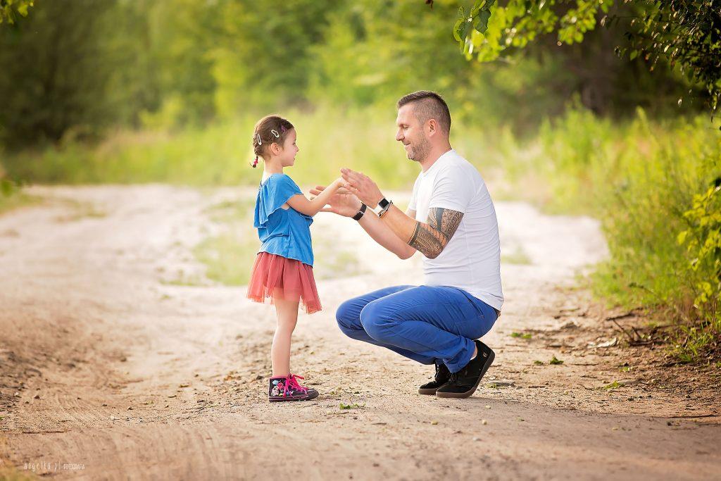 Lena z tatą w lesie