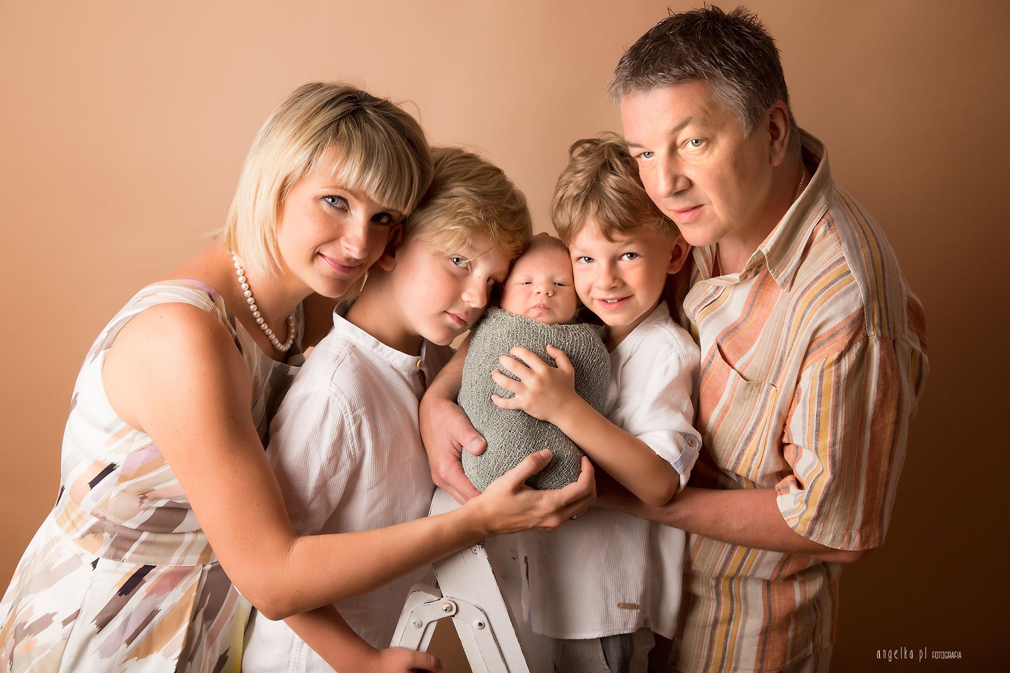 zdjęcia noworodka z rodziną