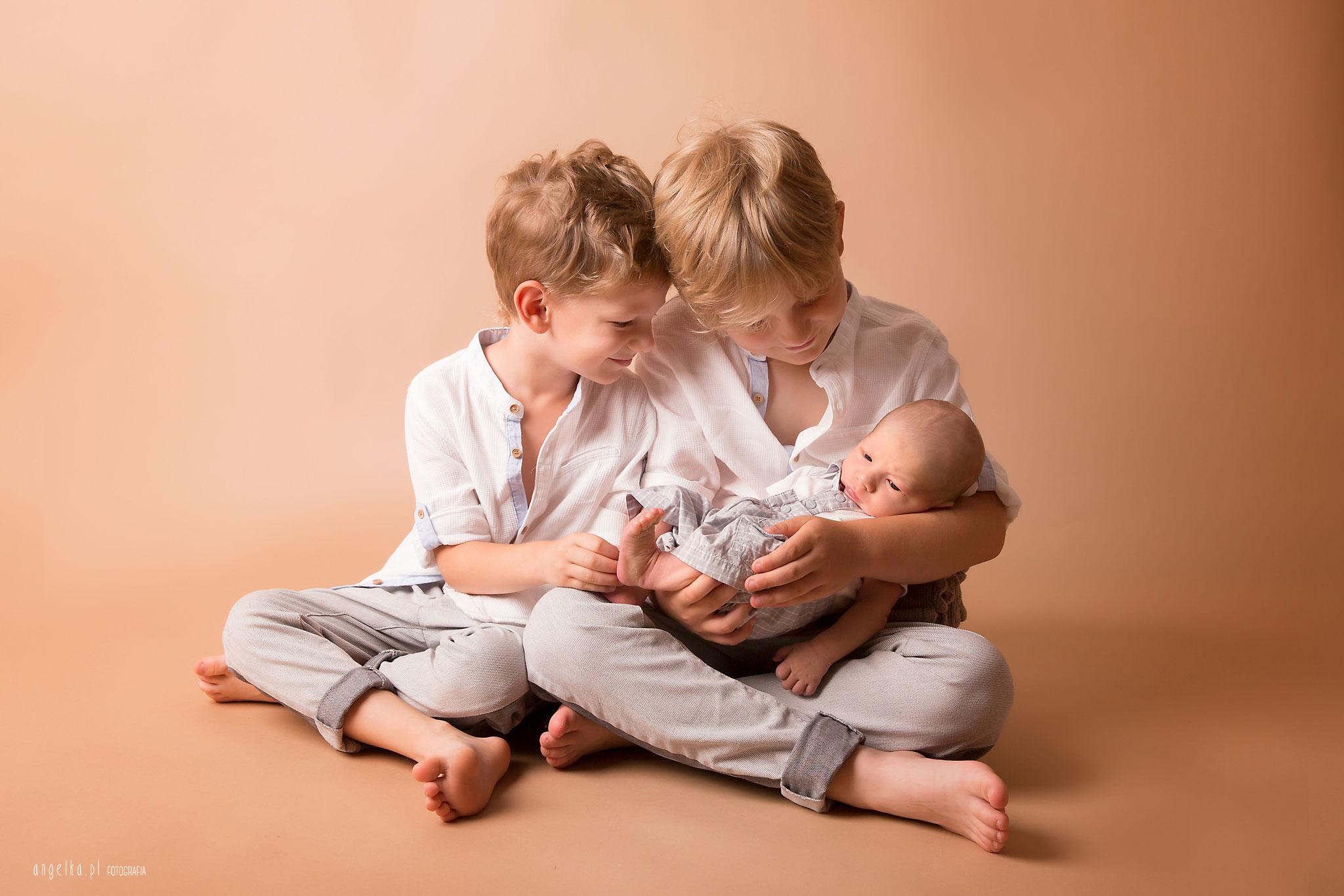 zdjęcia noworodka z rodzeństwem