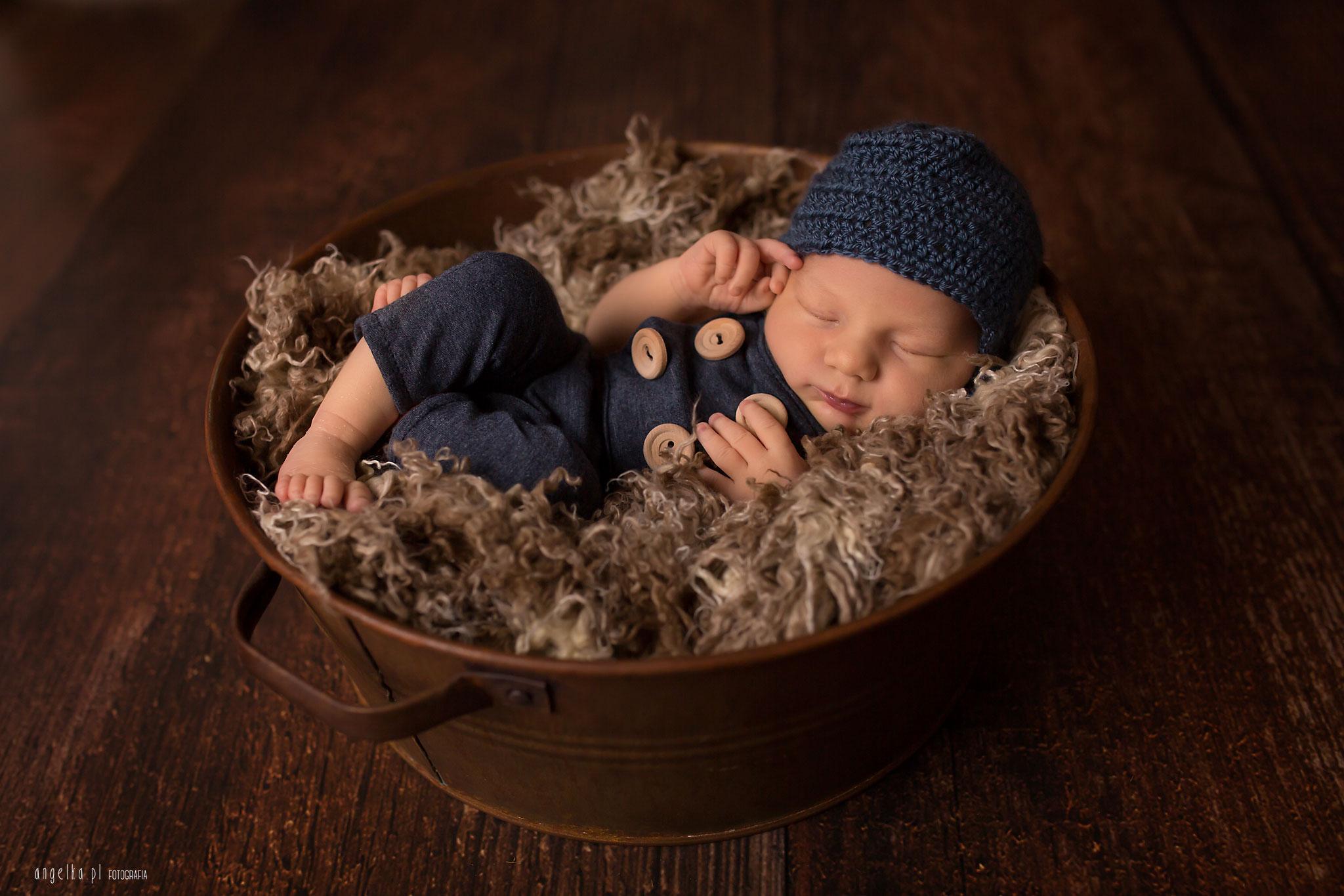 noworodek w czapeczce