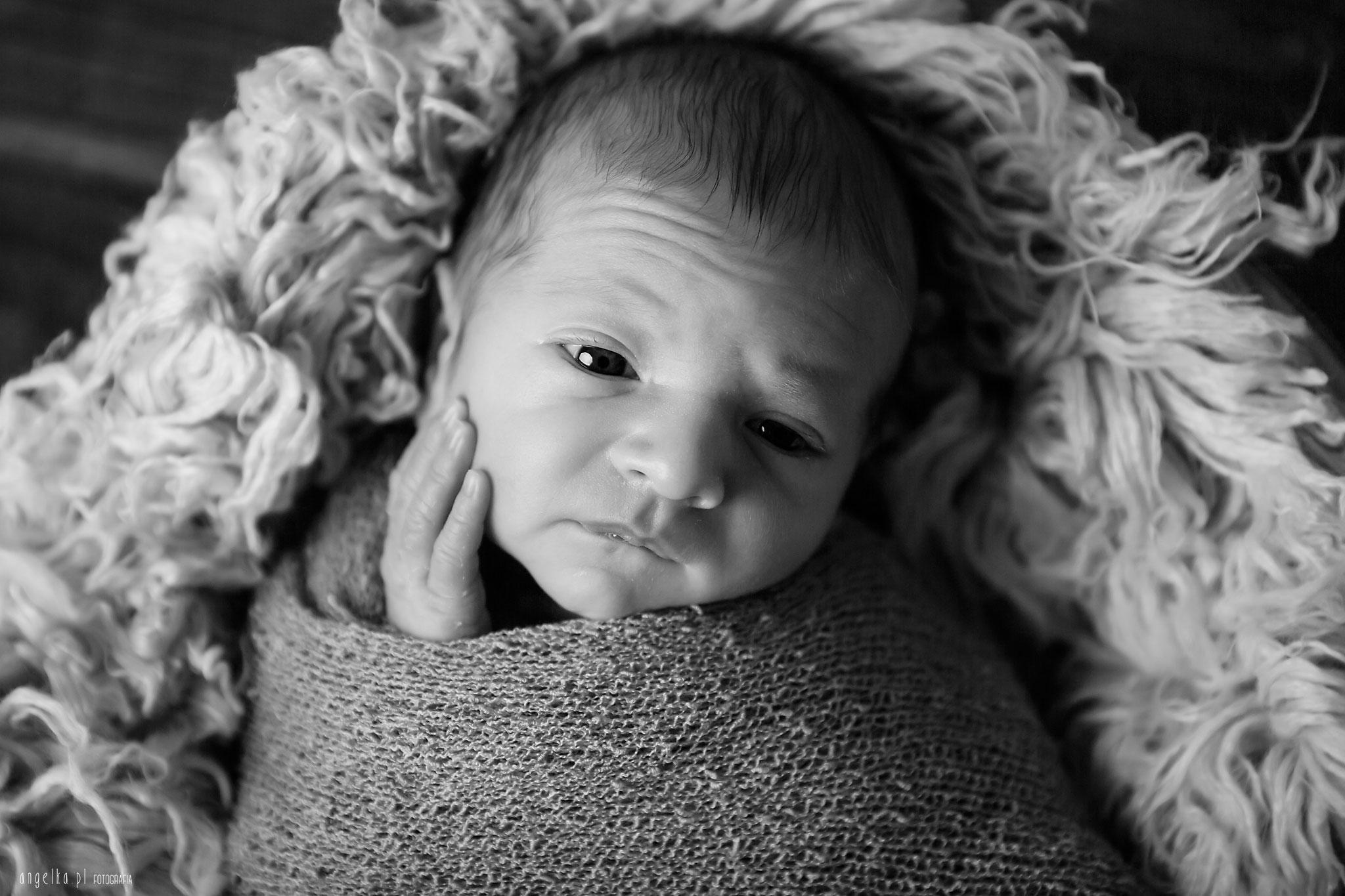 czarno białe zdjęcie noworodka