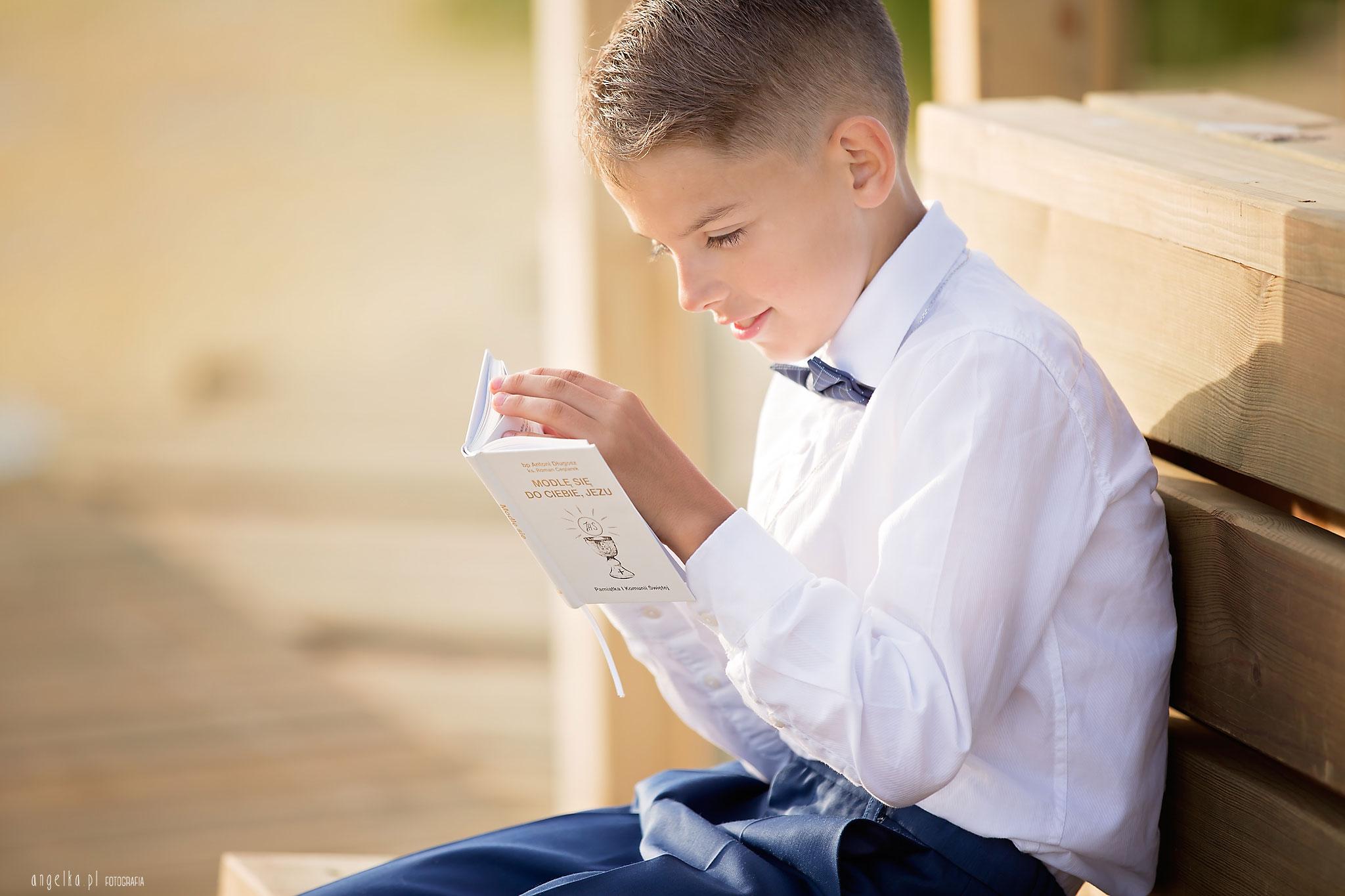 czytanie książeczki komunijnej