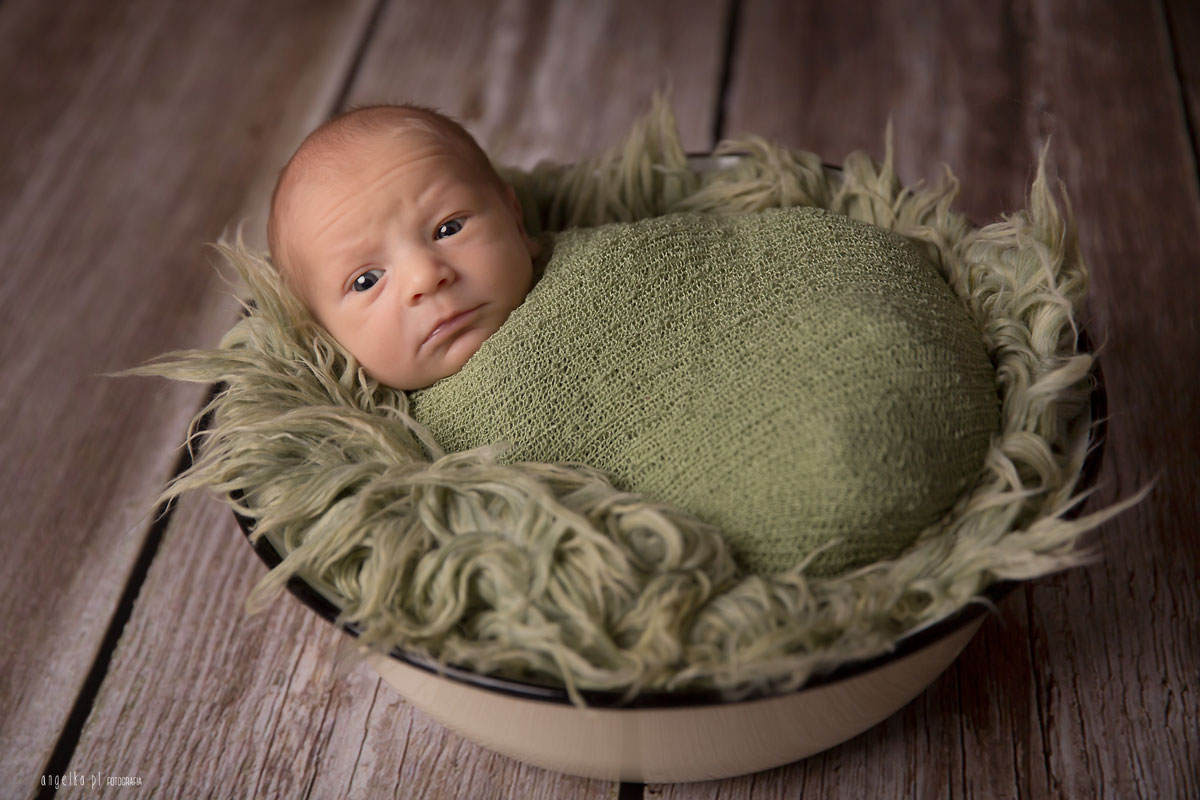 noworodek zotwartymi oczkami