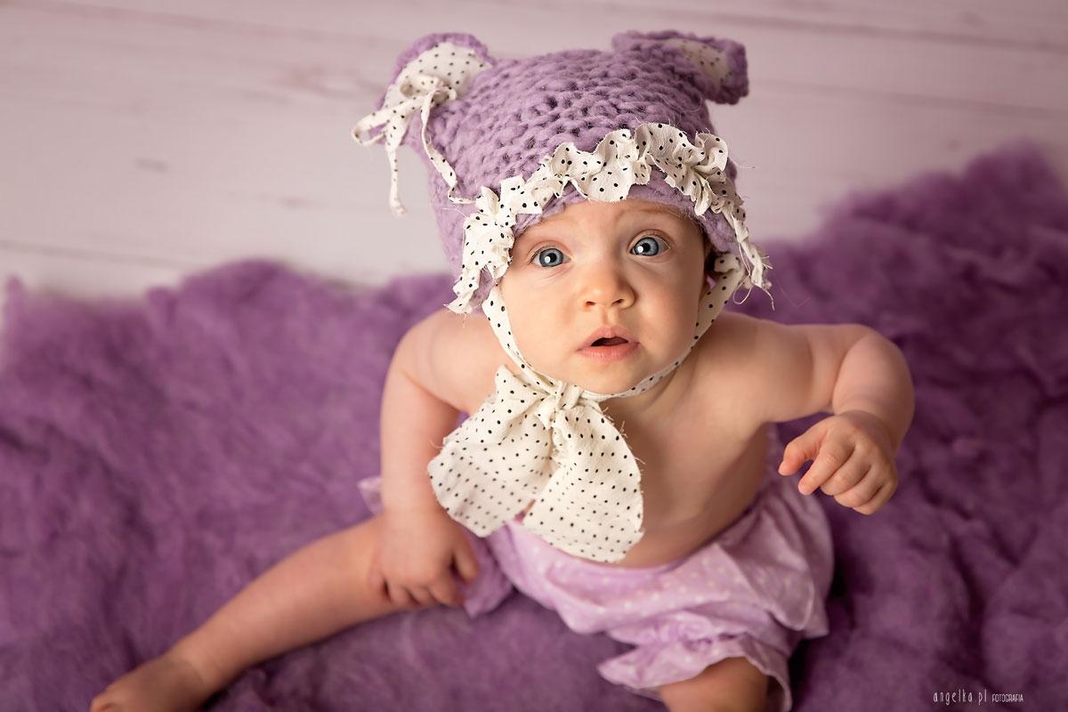 w fioletowej czapie
