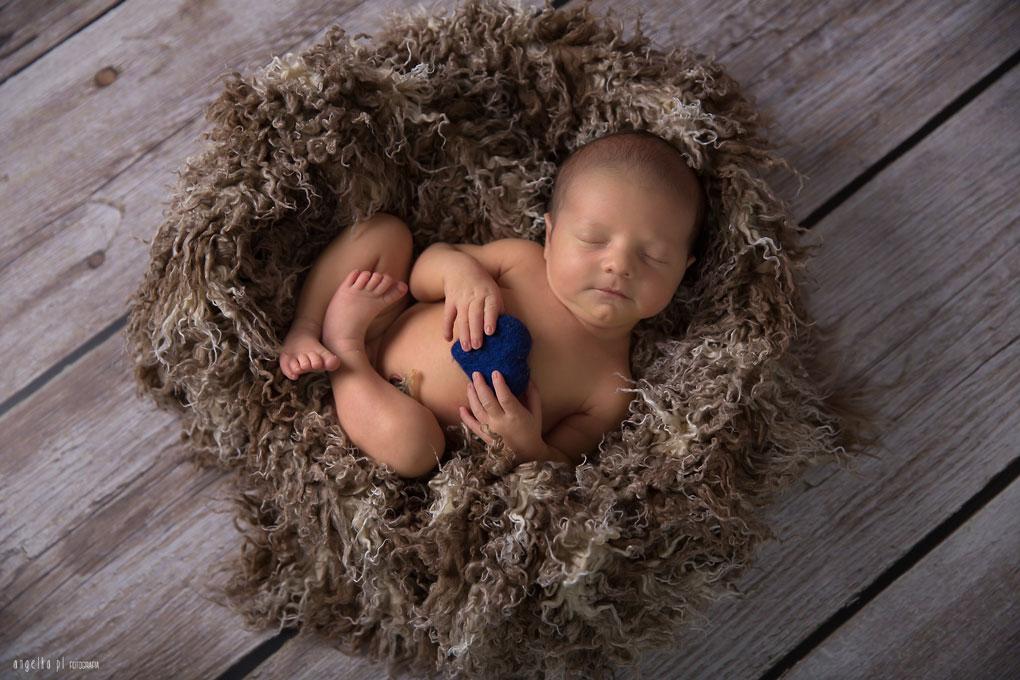 sesja noworodka zserduszkiem