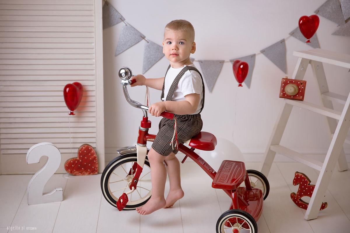 na czerwonym rowerku